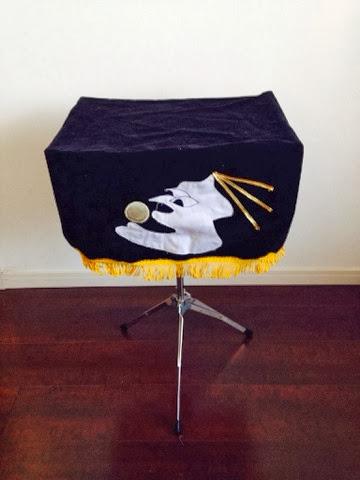 アタッシュケースになって持ち運びが可能なマジック用のテーブル