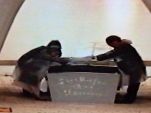 原爆死没者名簿を慰霊碑に収める遺族代表