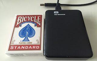 外付けハードディスクとプレイングカードの比較