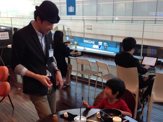 魔法をかけてもらう 羽田空港 アッパーデッキトウキョウ6周年 記念イベント/ 出張マジシャンひろしつ