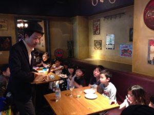 紙袋をごそごそすると 日本を去るご家族の送別会にマジシャンの子供向けマジックショー in ゼスト キャンティーナ 西麻布 港区