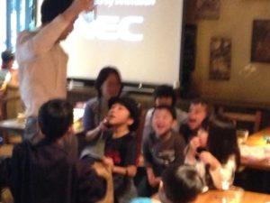 水の入ったでっかいグラスが紙袋から出現 日本を去るご家族の送別会にマジシャンの子供向けマジックショー in ゼスト キャンティーナ 西麻布 港区
