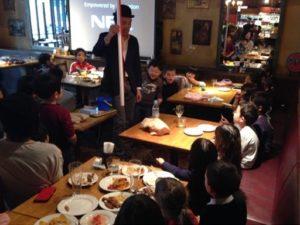 でっかいストローが出現 日本を去るご家族の送別会にマジシャンの子供向けマジックショー in ゼスト キャンティーナ 西麻布 港区