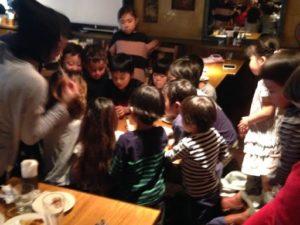 子供たちは最初、一列に座っていたんですが 日本を去るご家族の送別会にマジシャンの子供向けマジックショー in ゼスト キャンティーナ 西麻布 港区