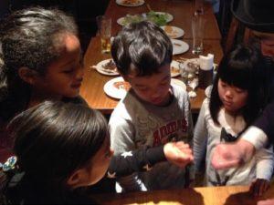 コインを子供の手から盗み取ります 日本を去るご家族の送別会にマジシャンの子供向けマジックショー in ゼスト キャンティーナ 西麻布 港区