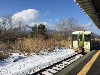 青い森鉄道と釜臥山 マジシャンえいち