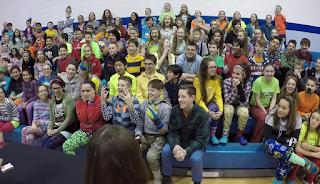 アメリカのマジシャンがスクールでテーブルマジックの風景、観客席