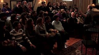 スペインのマジシャンのテーブルマジックショーの観客席