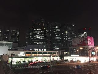 品川駅の夜景を横断歩道の上から撮影