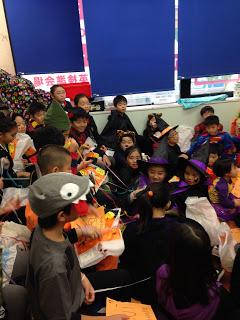 英語教室(デンハウス外語スクール)のハロウィンパーティーで仮装する子供たち / マジシャンえいち