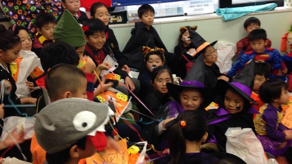 英語教室のハロウィンパーティーで出張マジシャンの子供向けマジックショー in 東京都世田谷区九品仏