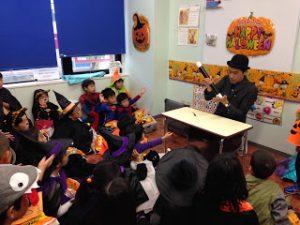 ハロウィーンで仮装した子どもたちにマジックショー