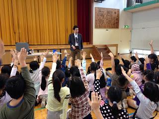 マジックショーで手を挙げる子供たち / マジシャンひろしつちや