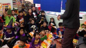 ハロウィーンパーティーでマジシャンの子供向けマジックショー