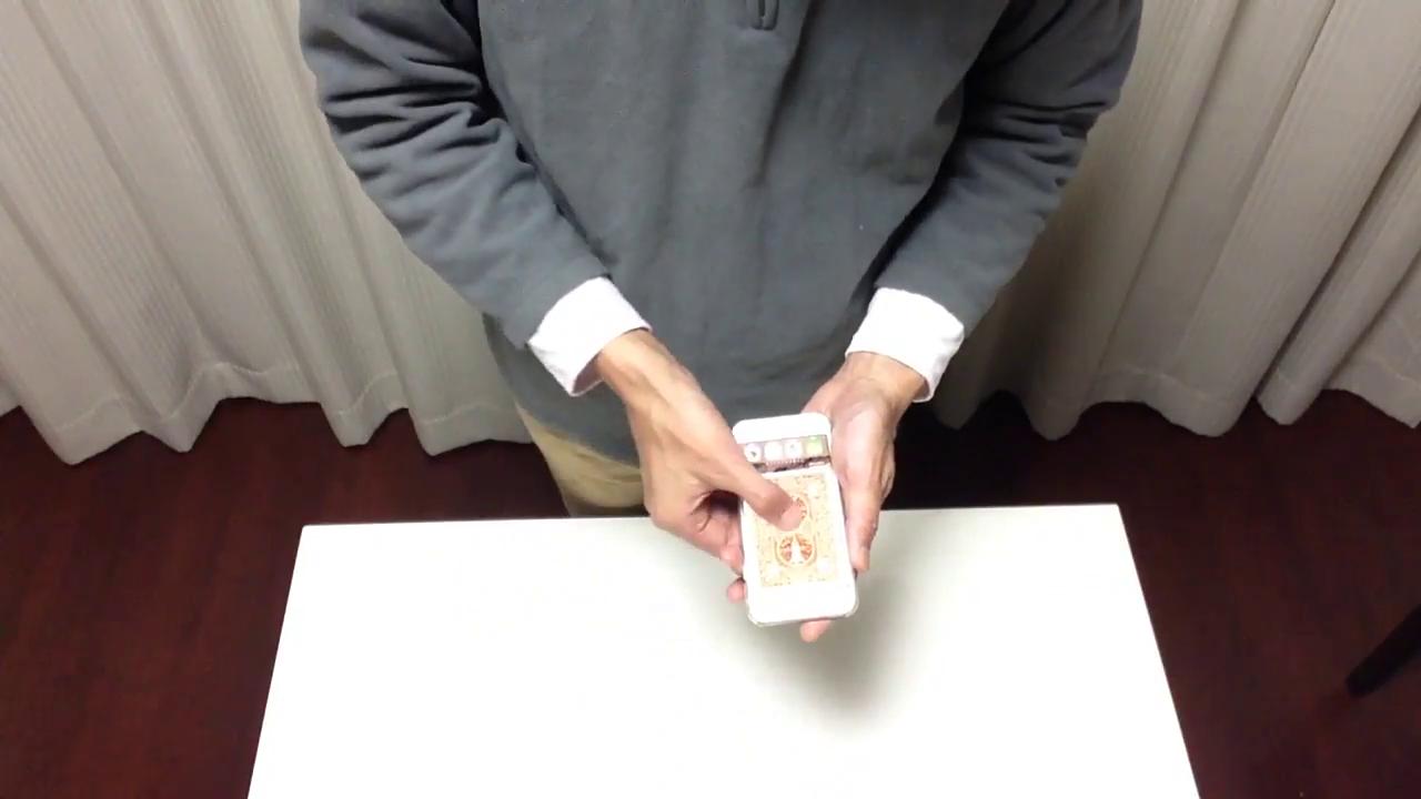 iPhoneの中に入るトランプカード