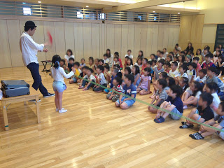 幼稚園の体育館でシルクのマジック / マジシャンひろしつちやの出張マジック