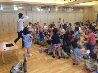 幼稚園の体育館でロープマジック ロープはプレゼント / マジシャンひろしつちやの出張マジック