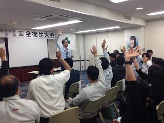 手を挙げる観客 / マジシャンひろしつちやの出張マジックショー