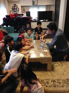 ご自宅で子どもたちとカードマジック / マジシャンひろしつちや /お誕生日会に マジシャン 出張