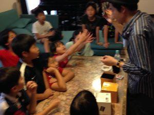 ご自宅で開催の小学生のお誕生日会でマジシャンの子供向けマジックショー