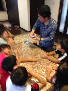 最後はカードフリックで指定した枚数目から子供のカードが出現 / マジシャンひろしつちや / お誕生日会に マジシャン 出張