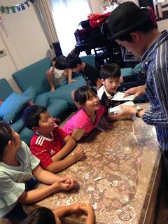 子どもたちの嘘を見抜いておもちゃの紙幣を回収 / マジシャンひろしつちや  /お誕生日会に マジシャン 出張