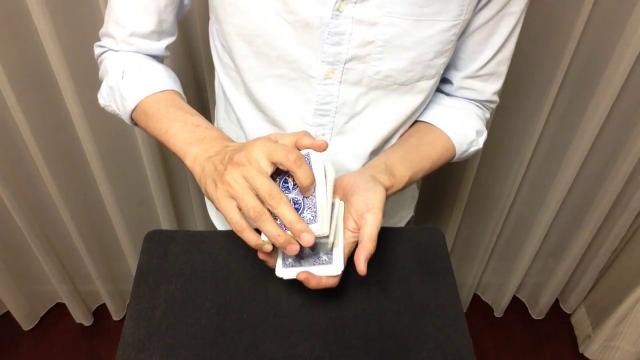 お客さんの手の上で一番上に上がってくるカードマジック
