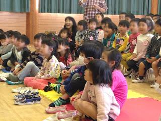 幼稚園でマジックショー 園児たち / マジシャンひろしつちや