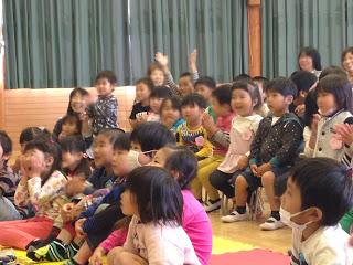 幼稚園でマジックショー 子供達 / マジシャンひろしつちや