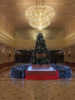 京王プラザホテルのツリーとシャンデリア マジシャン 出張 ひろしつちや