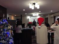 企業イベントのクリスマスパーティーでマジックショー