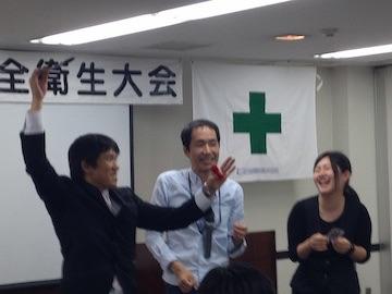 企業イベントで大喜びの女性と手伝いの男性とマジシャン