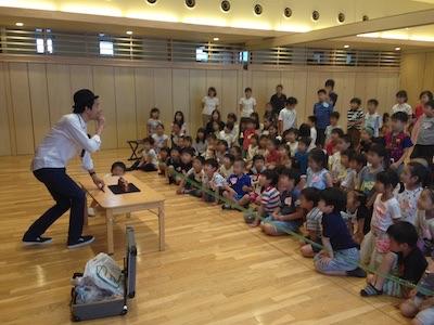 幼稚園のイベントでマジシャンの子供向けスタンダップマジックショー