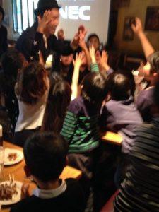 みんな元気に手が上がります 日本を去るご家族の送別会にマジシャンの子供向けマジックショー in ゼスト キャンティーナ 西麻布 港区