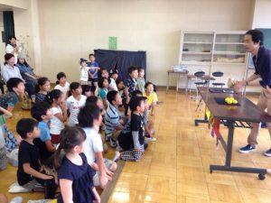 子供会の夏休みの催しで小学校でマジシャンの子供向けマジックショー