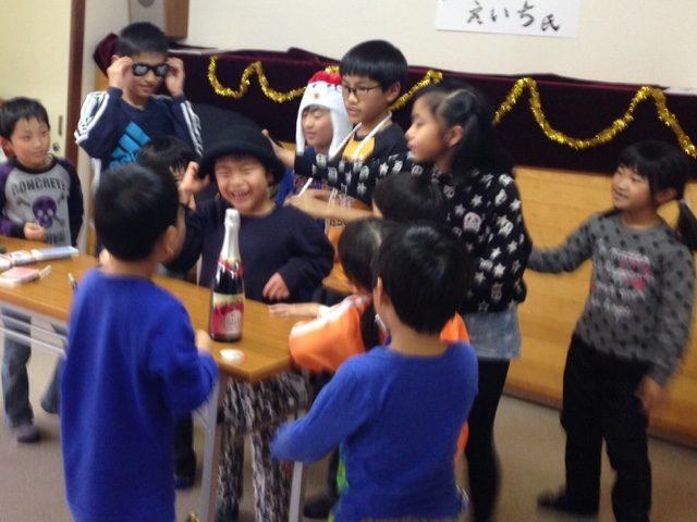 子供習字教室でクリスマスマジックショー5