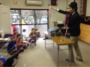 習字教室のクリスマス会でマジシャンの子供向けマジックショー