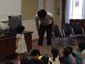 マジシャンの幼稚園児向けのマジックショー