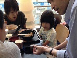 企業イベントでご家族と小さなお子さんにマジシャンのテーブルホッピングマジックショー