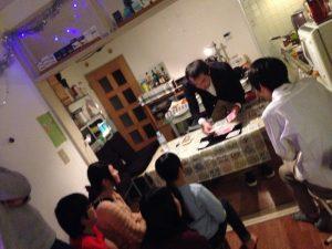 クリスマスホームパーティでマジックショー