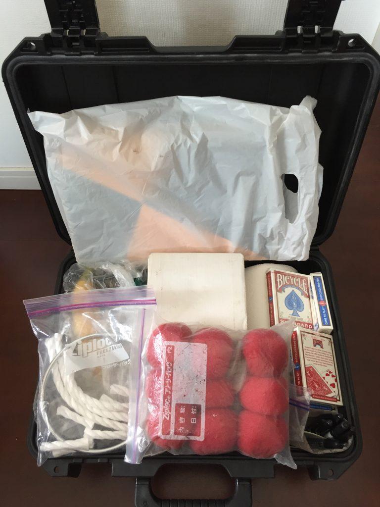 ペリカンの鞄に子ども向けマジックショーの道具を入れる