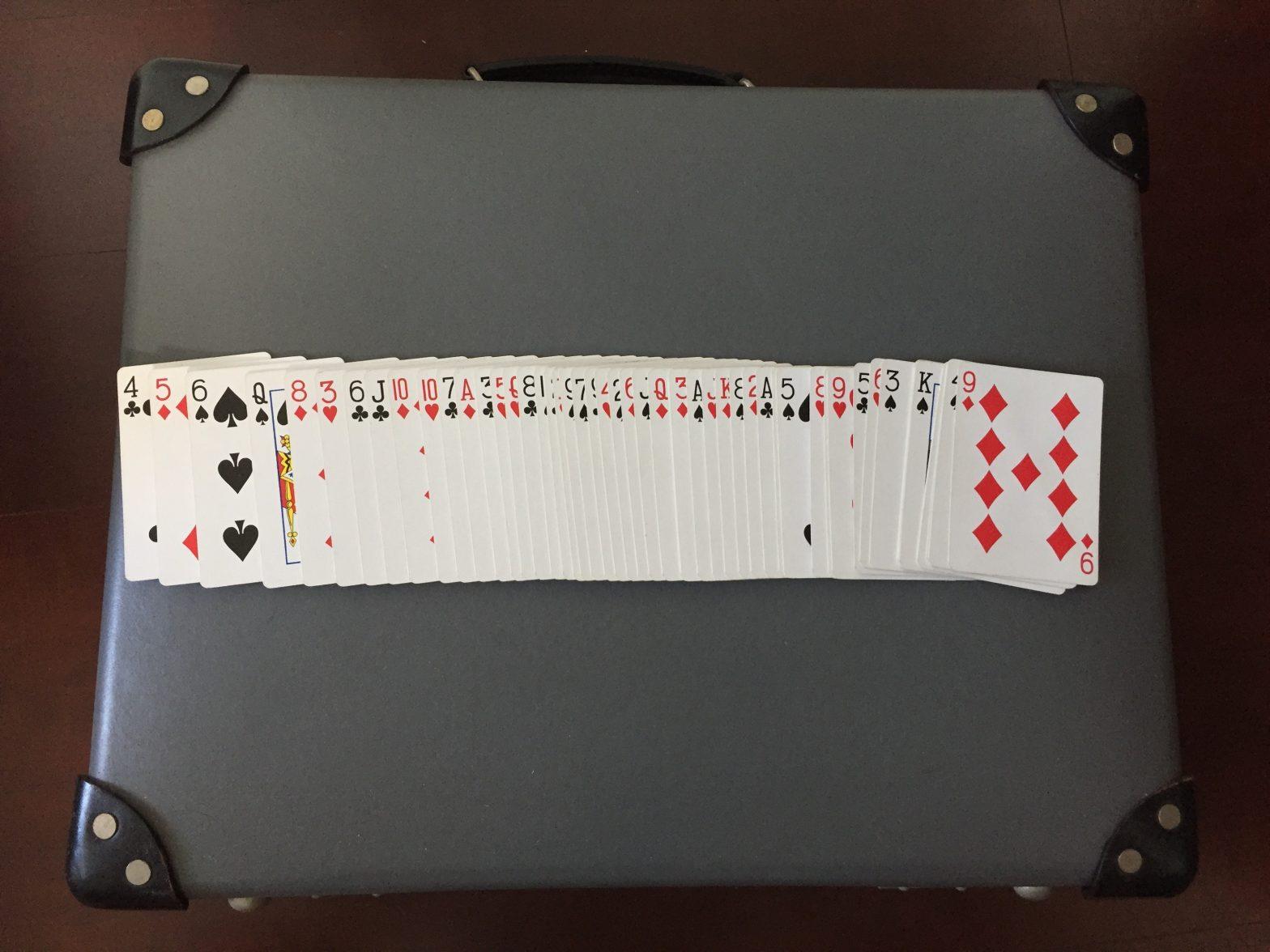 グローブトロッター18インチの上でトランプカードをリボンスプレッド