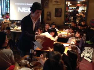 空の大きな紙袋を調べてもらっています 日本を去るご家族の送別会にマジシャンの子供向けマジックショー in ゼスト キャンティーナ 西麻布 港区