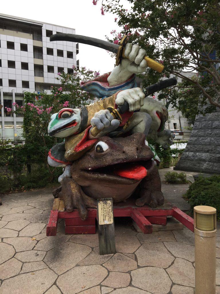 松本市内カエルのモニュメント