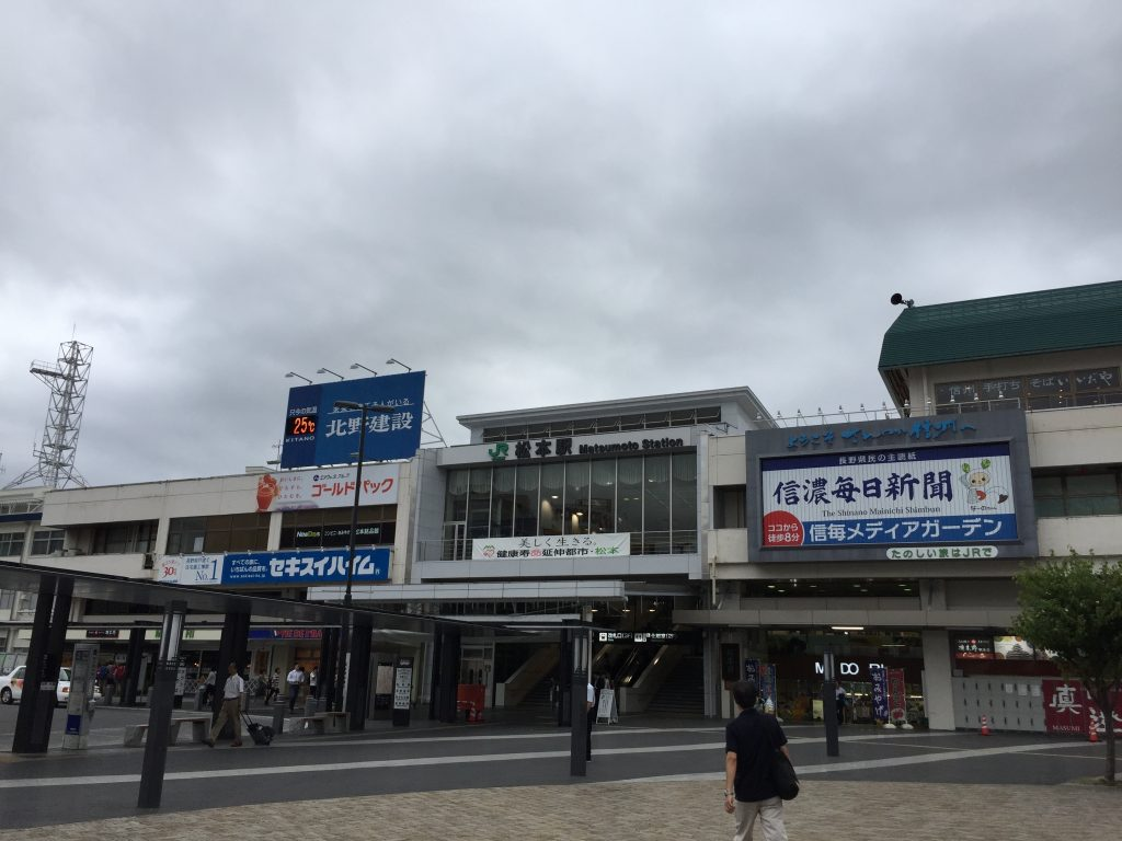 松本駅 松本城の側