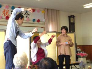 敬老会のマジックショー ハンカチに魔法をかける