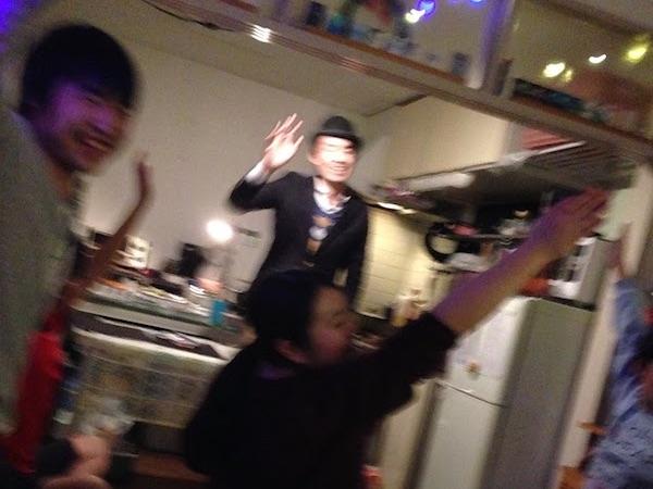 クリスマスホームパーティーでマジシャンのマジックショー