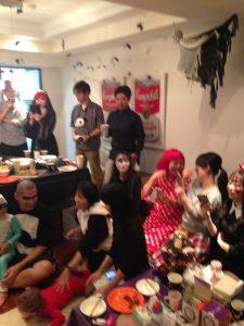 ハロウィーンホームパーティーでマジックショー 楽しむ観客