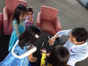 子供のお誕生日会でクロースアップマジック マジシャン出張、派遣マジックショー
