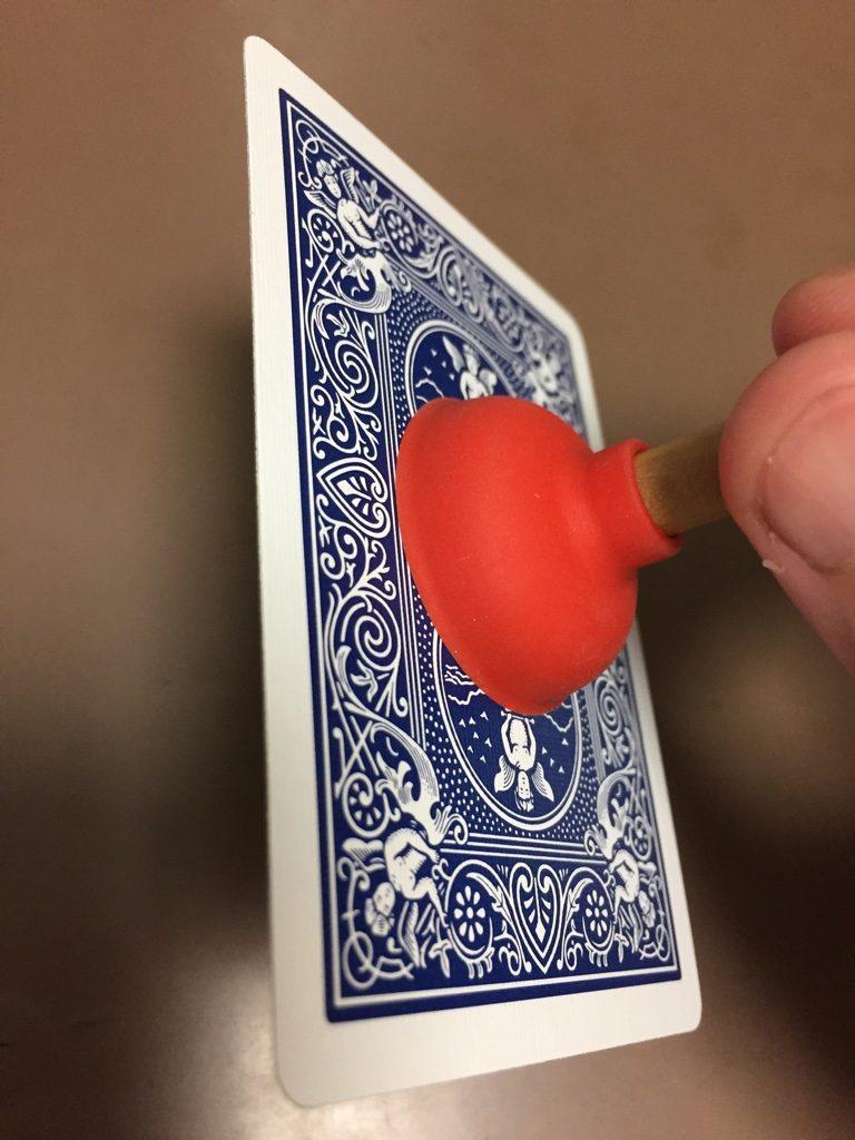 魔法のプランジャーにくっつくカード